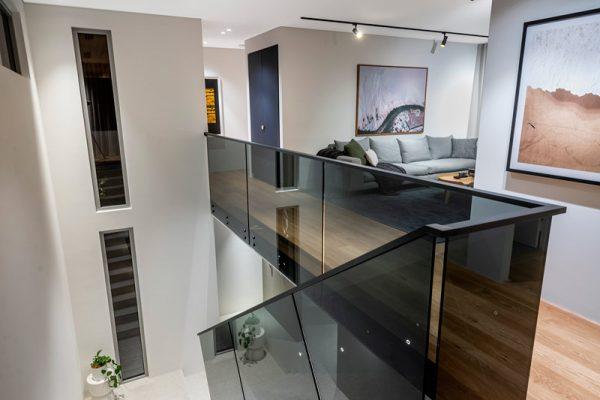 Laminated-Euro-Grey-glass-with-Powdercoated-Handrail-COMO--(7)